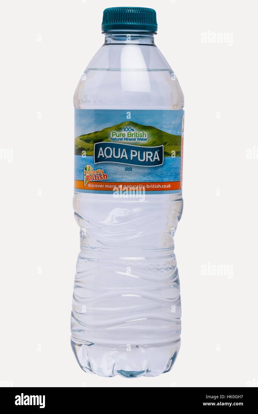 Una botella de Aqua pura agua mineral sobre un fondo blanco. Imagen De Stock