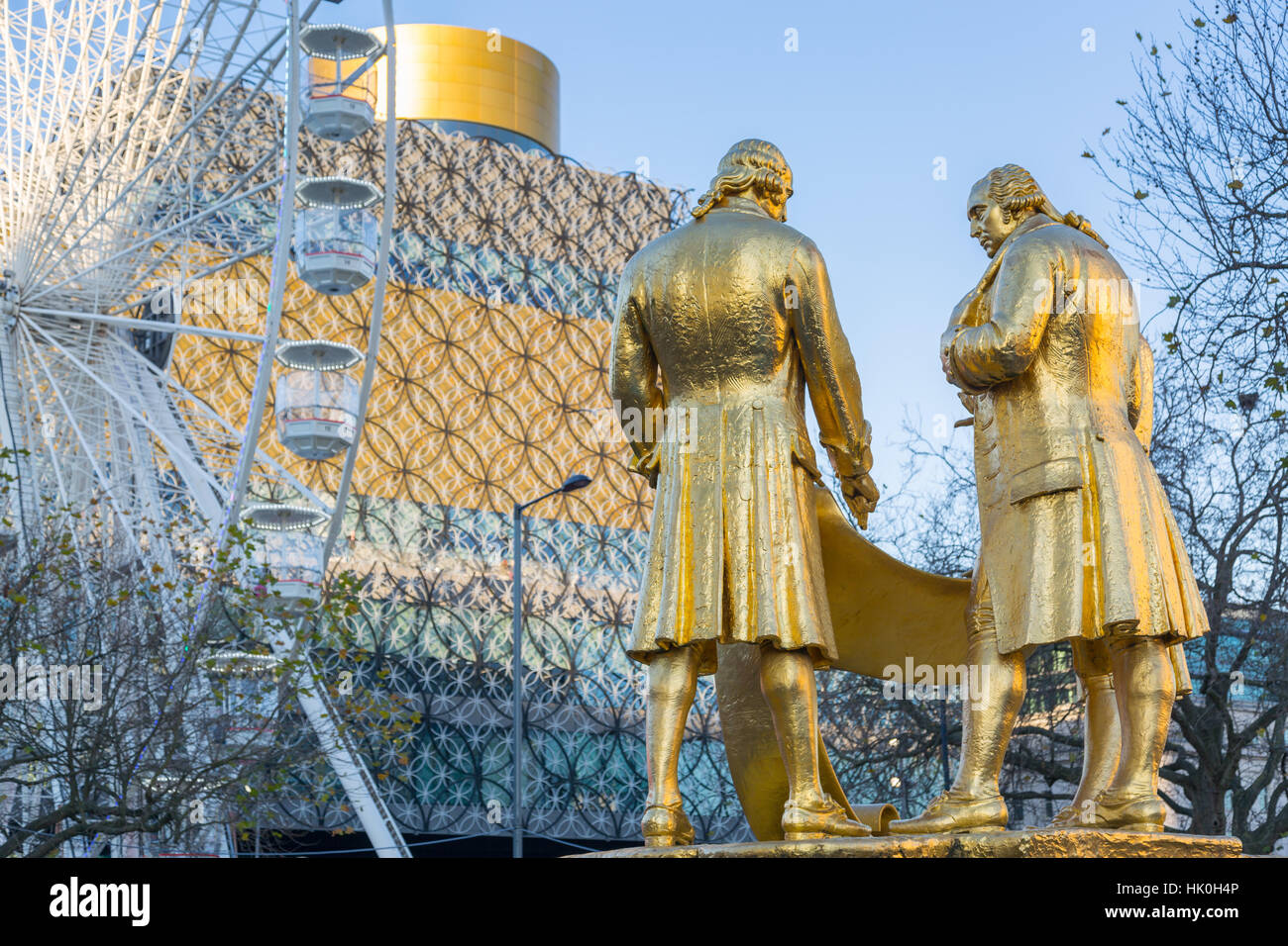 Boulton, Murdoch y Vatio estatua y la Biblioteca Pública de West Midlands, Birmingham, Inglaterra, Reino Unido Imagen De Stock