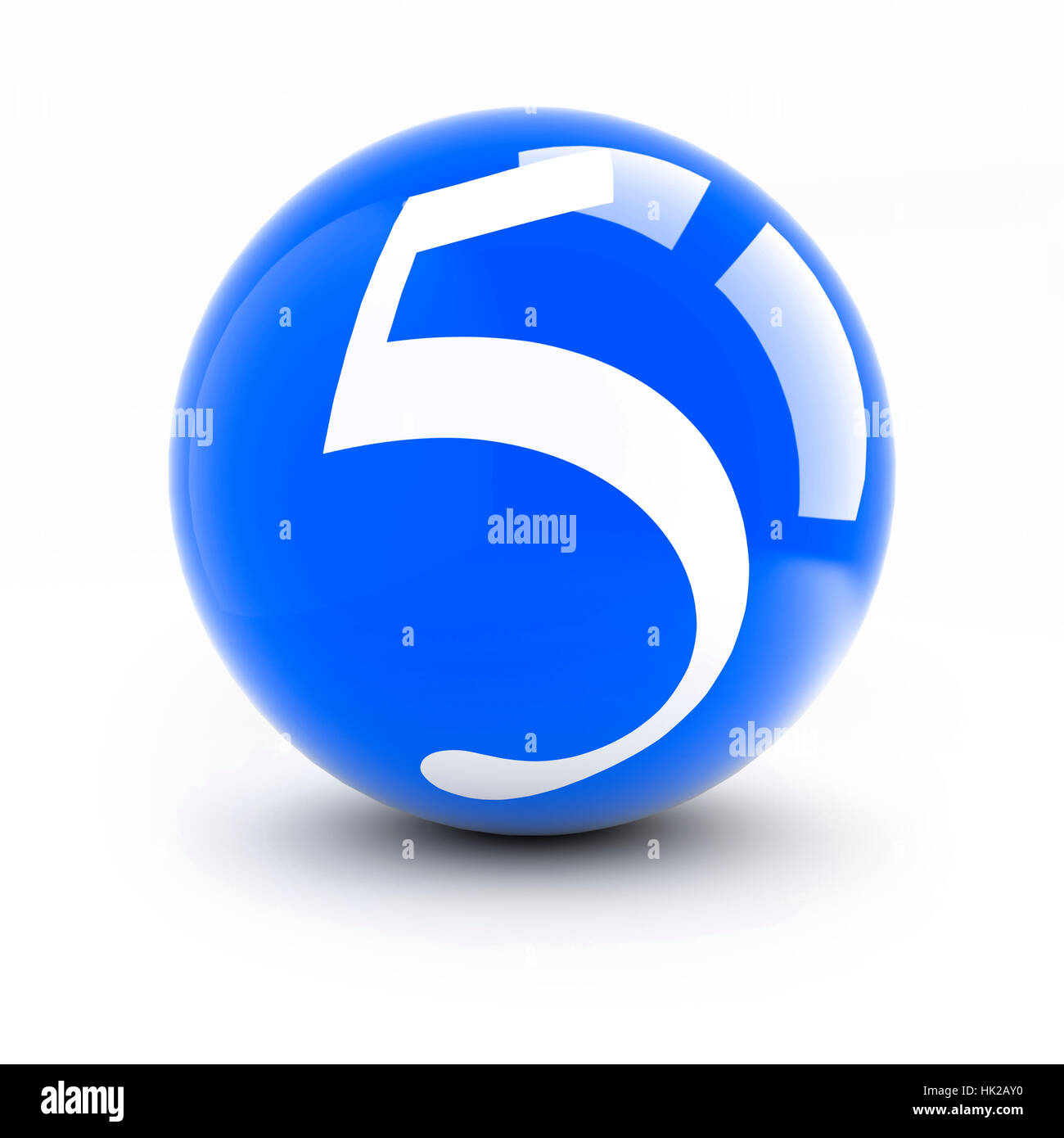 Número 5 en una bolas de color rojo brillante con reflejos aislado en blanco.  Imagen 059f25fc7a504