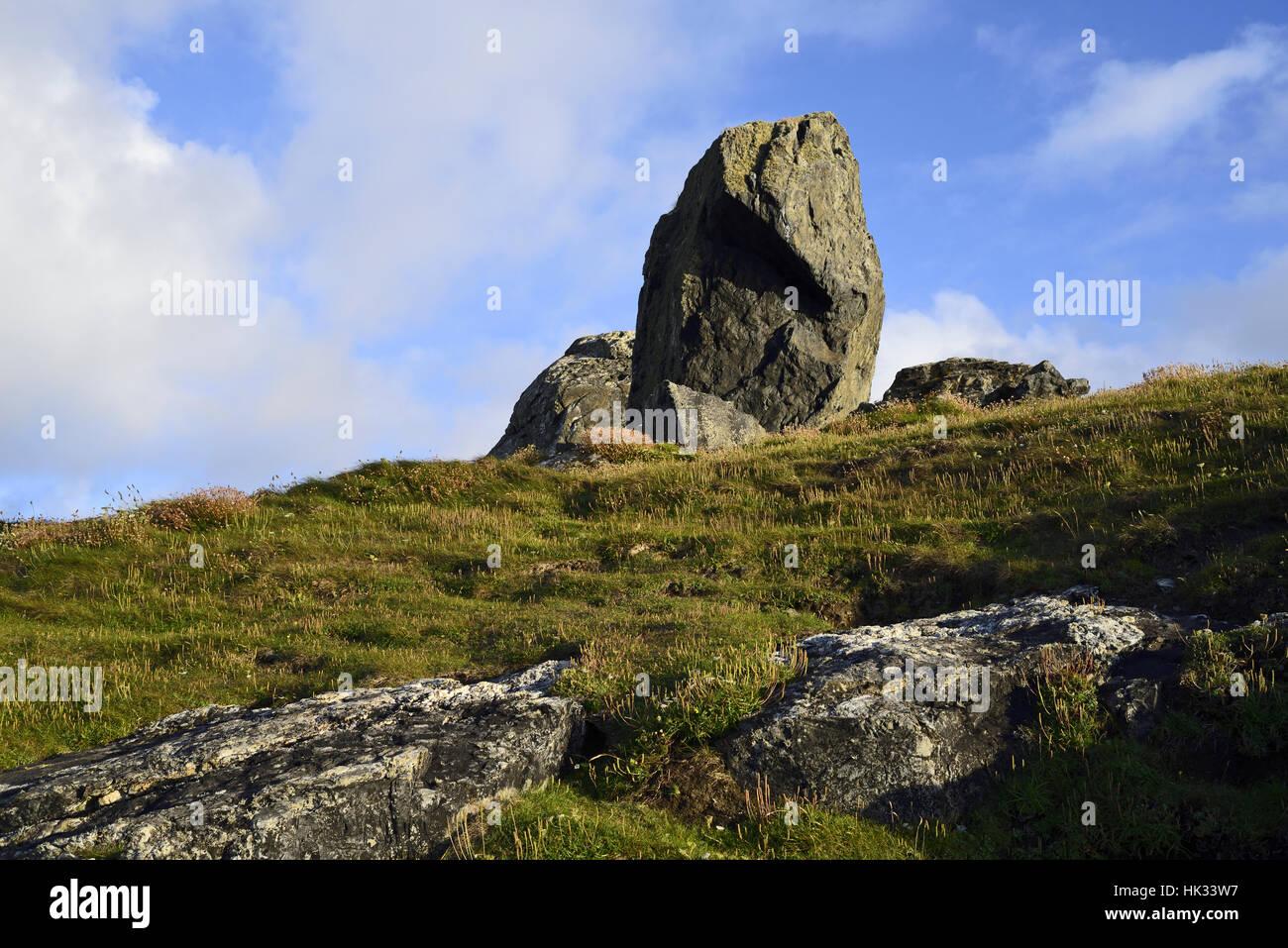 Grupo de rocas en punto Clodgy, Cornualles, cerca de St Ives, en páramos con el cielo azul y la luz cloud Imagen De Stock