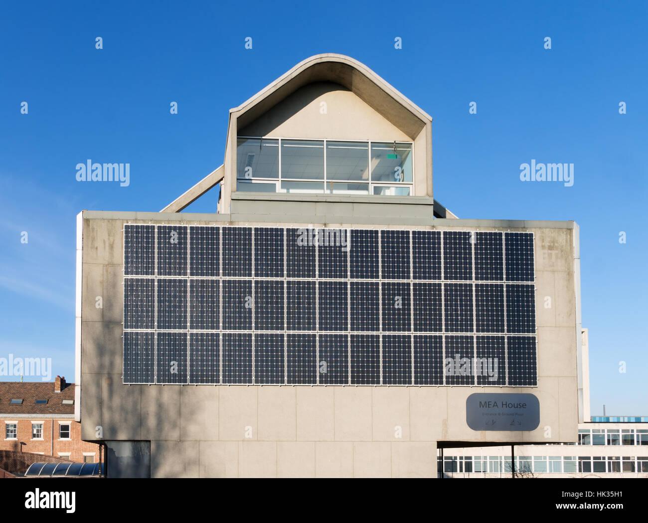 Paneles solares en casa MEA un edificio de los años 1970 enumerados en Newcastle upon Tyne, Inglaterra, Reino Imagen De Stock
