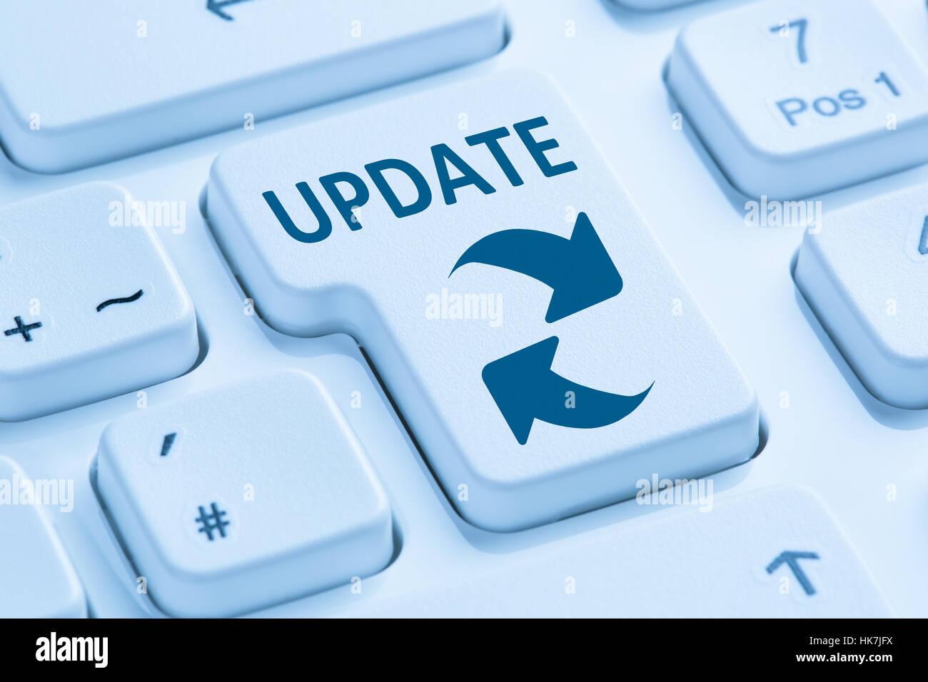 Actualización de software del equipo de seguridad de red teclado azul símbolo de virus Imagen De Stock