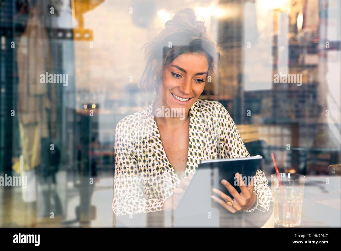 Mujer usando un Tablet PC en la cafetería. Foto de stock