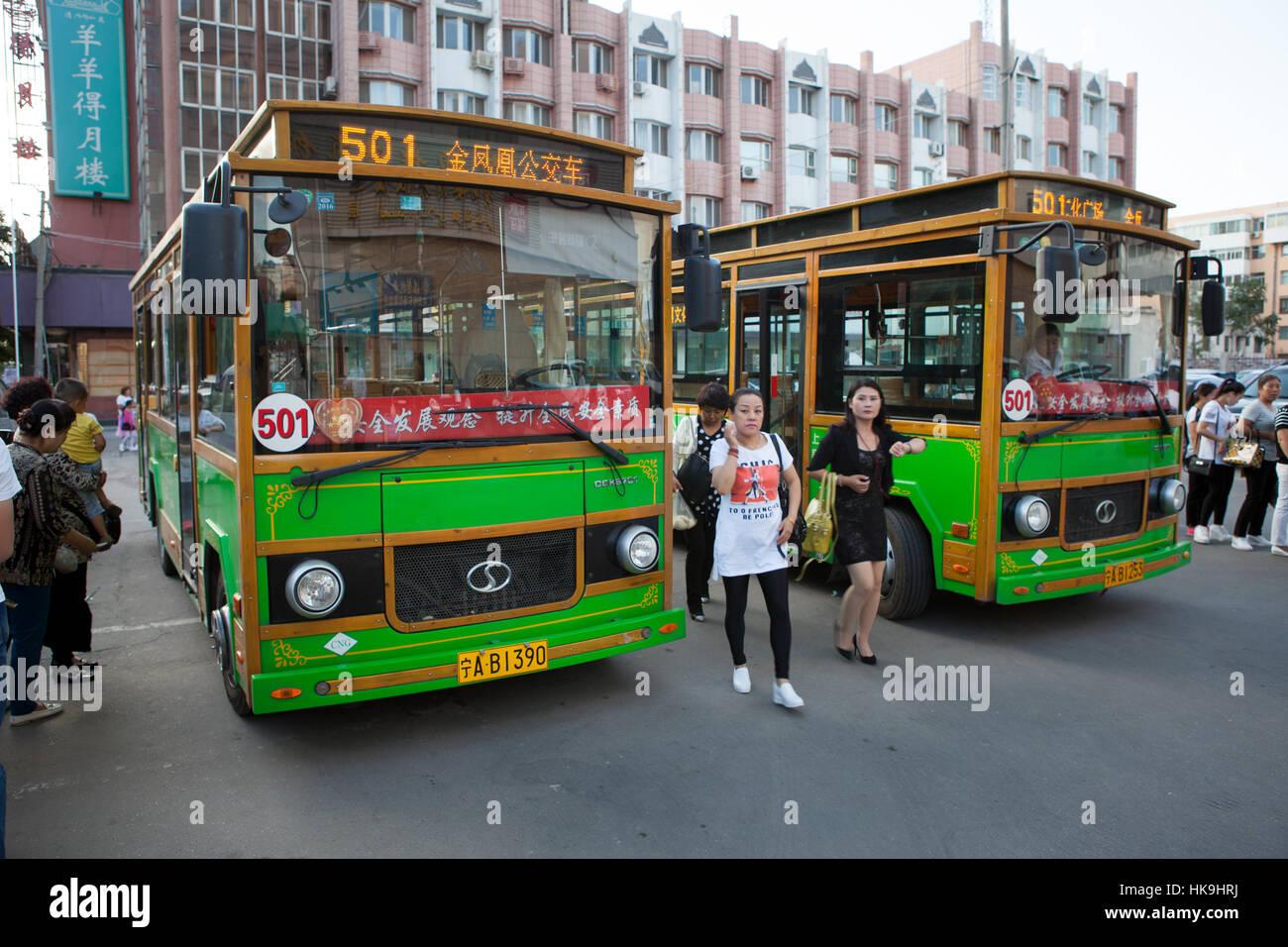 Dos típicas de autobús urbano. Yinchuan, Ningxia, China Foto de stock