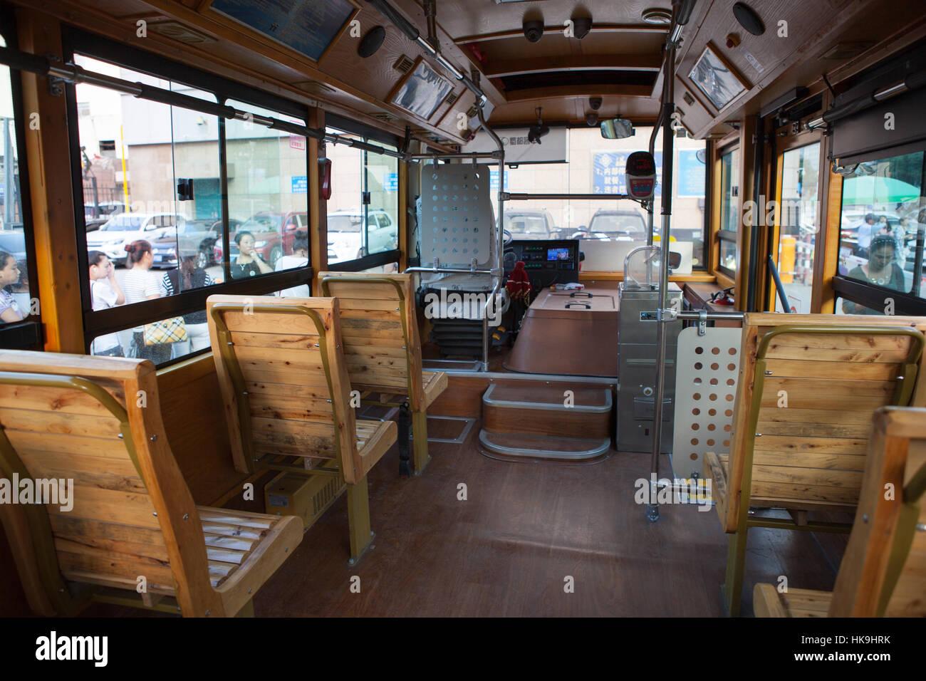 El interior de un autobús urbano típico. Yinchuan, Ningxia, China Foto de stock