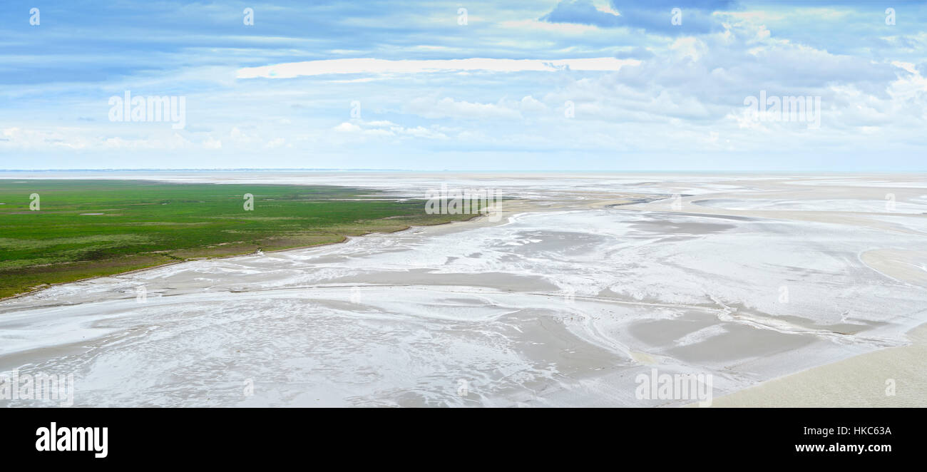 La marea baja en la bahía del Mont Saint Michel landmark. Vistas panorámicas. Normandía, Francia, Europa Foto de stock