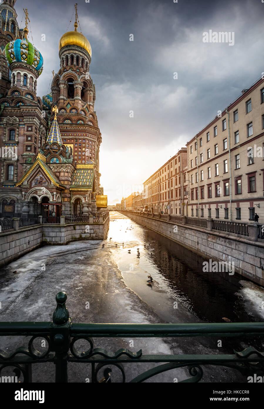 Iglesia de San Salvador sobre la sangre derramada en Griboedov río y sunset sky en Petersburg, Rusia Imagen De Stock
