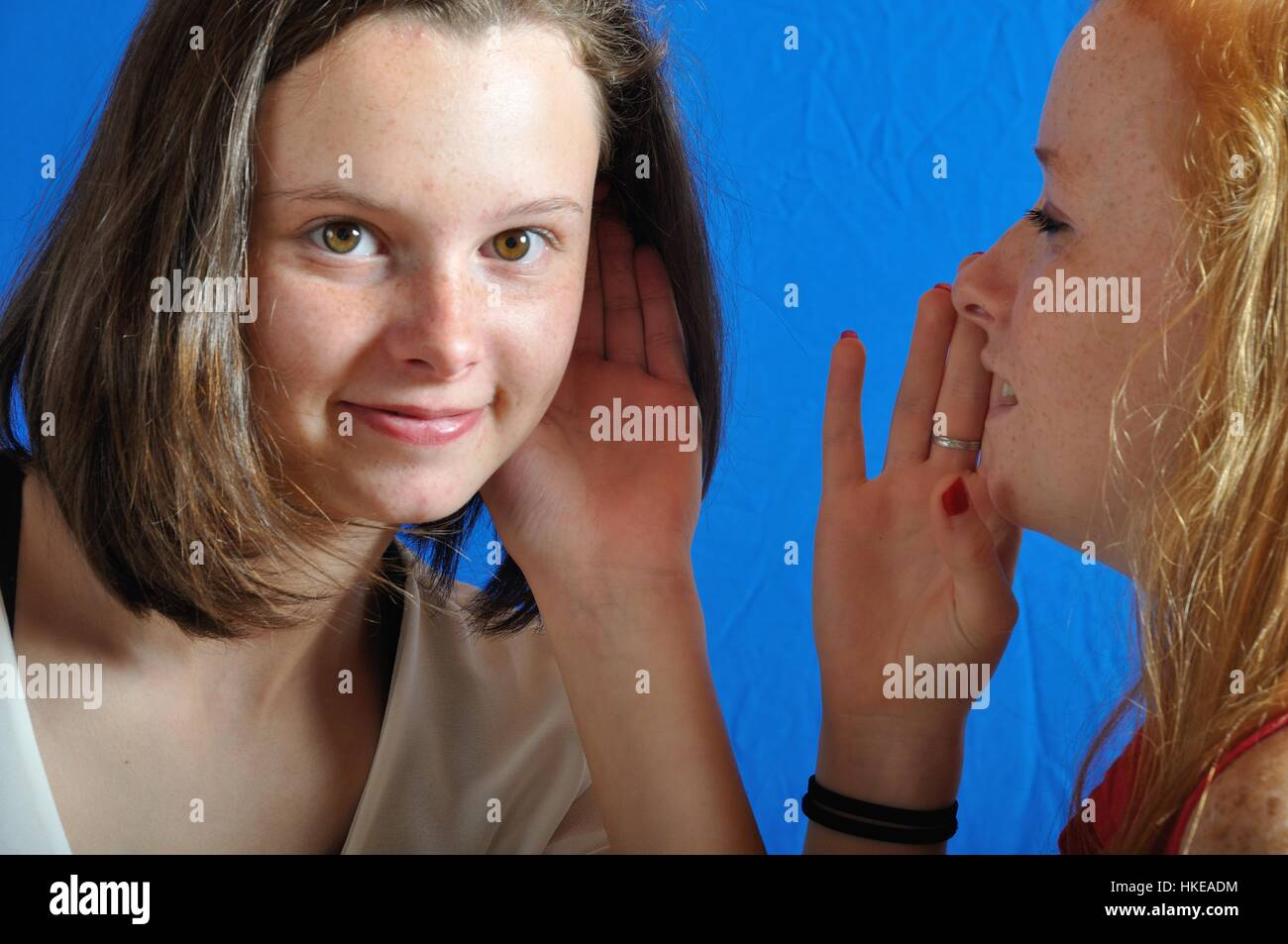 La complicidad entre dos adolescentes Imagen De Stock