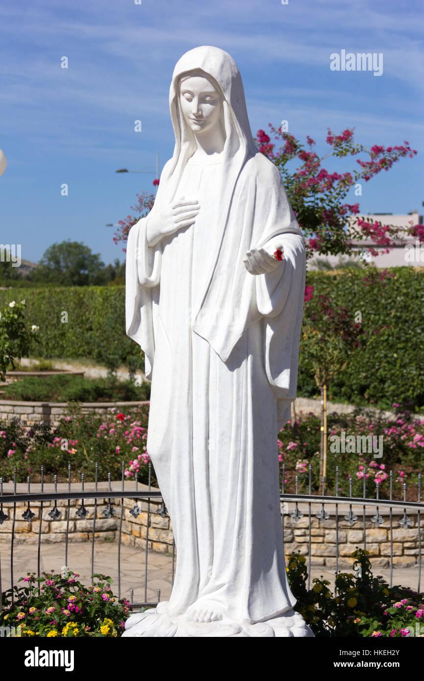 51a6d61fe54 La estatua de la Virgen María en frente de la iglesia de Saint James. Ella