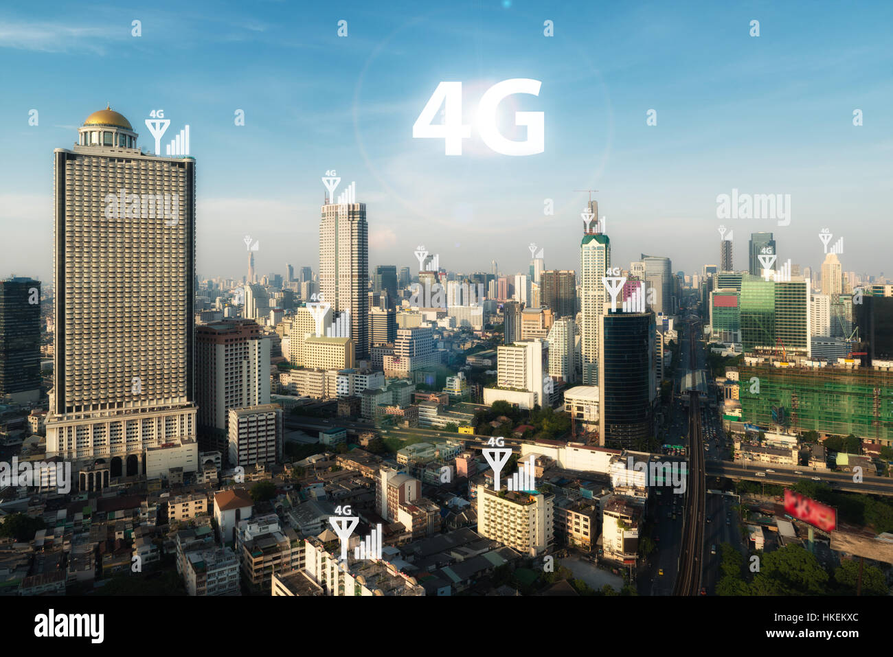 Smart City y 4G de la red de comunicación de señal, el distrito de negocios con el edificio de oficinas, imagen Foto de stock
