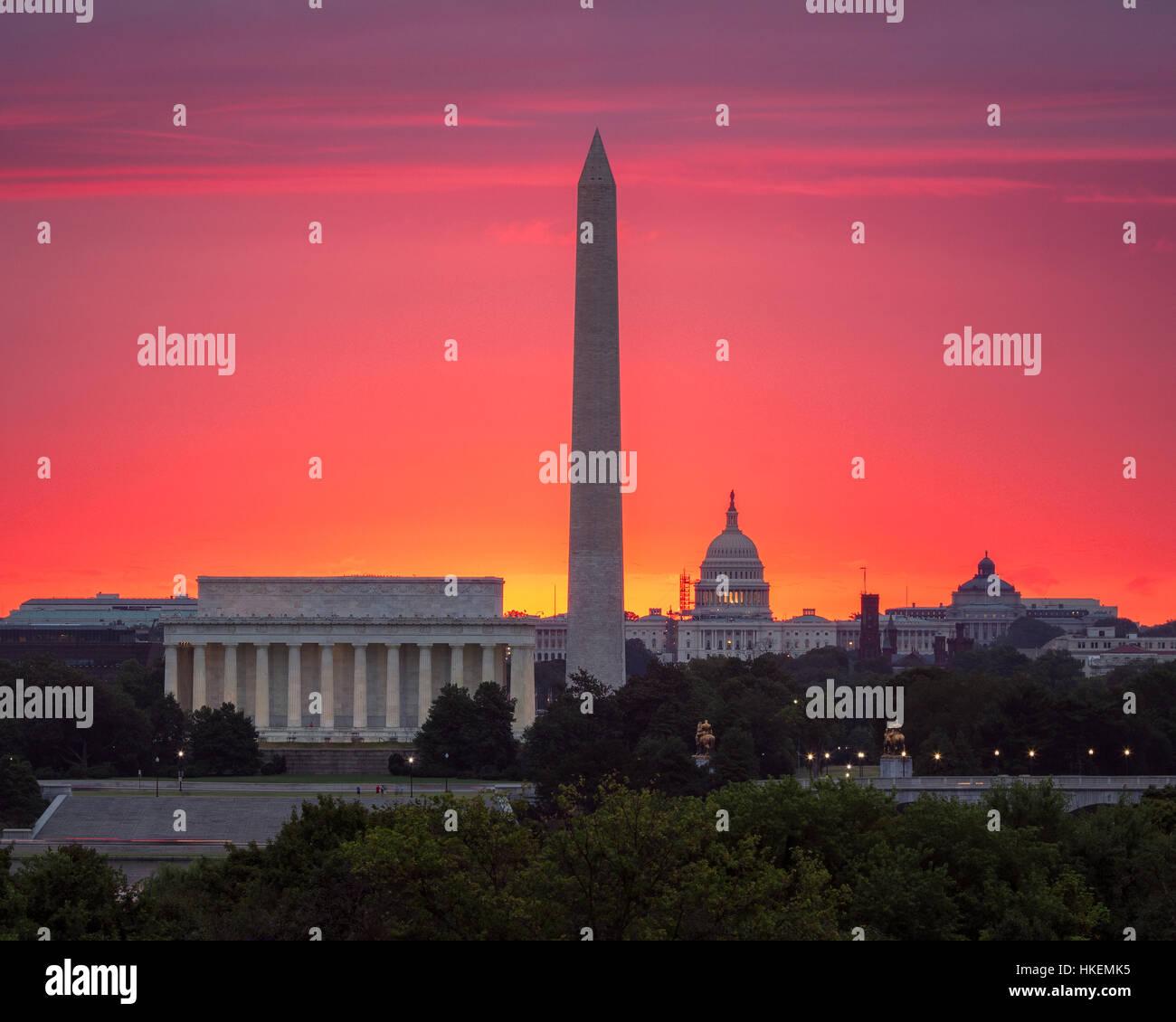 El resplandor de un sol naciente detrás del Capitolio Foto de stock