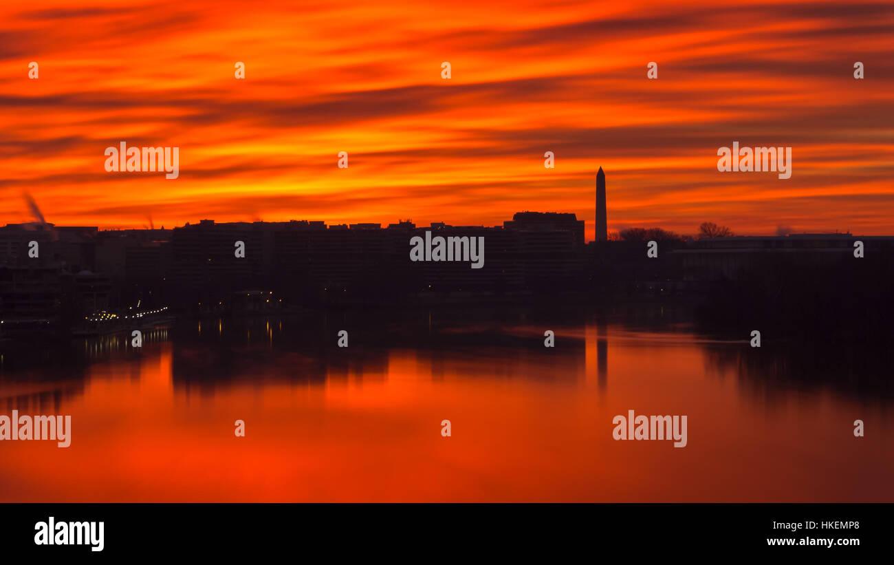 Fiery Sky a través del Potomac en Washington, D.C. Imagen De Stock