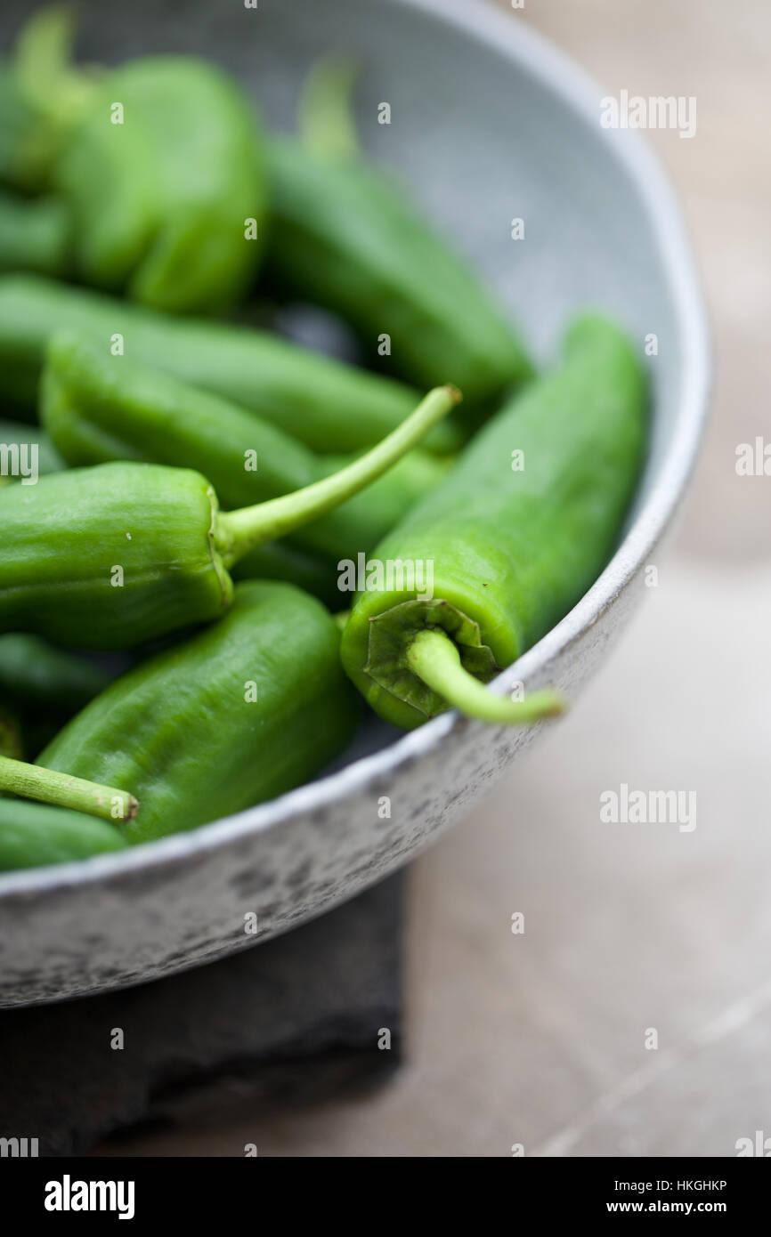 Padron pimiento. tazón, pimiento verde picante, raw. Foto de stock