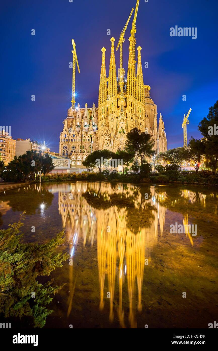 Catedral de la Sagrada Familia diseñado por Antoni Gaudí, paisaje nocturno, Barcelona, España Imagen De Stock