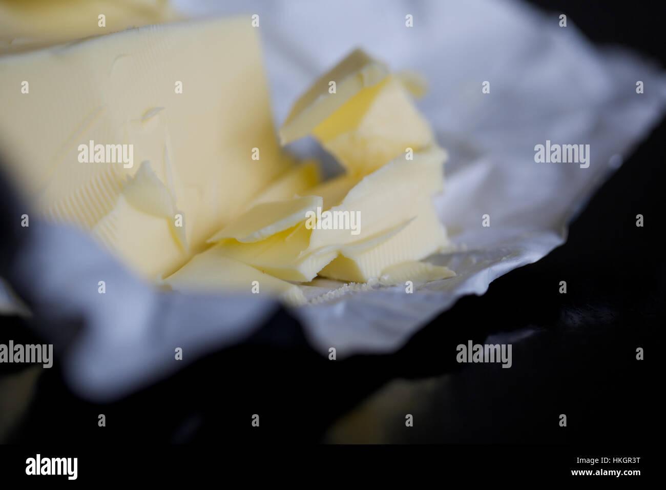 Mantequilla sobre papel de embalaje, productos lácteos, grasas, los alimentos frescos. Imagen De Stock
