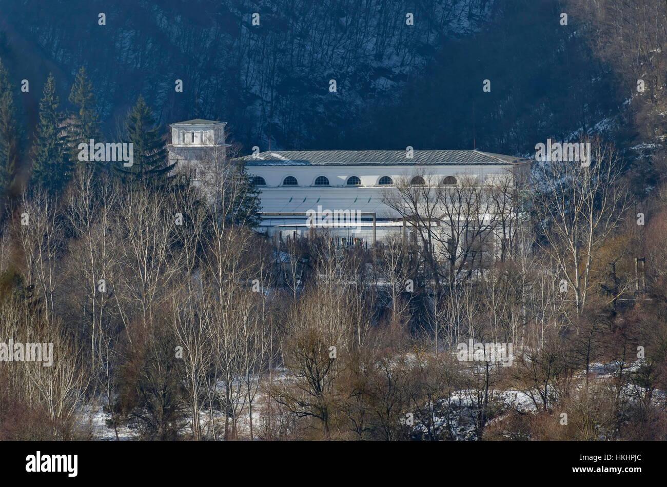 Vista de Hidro-Electric Power Station en invierno village Pasarel, Bulgaria Imagen De Stock