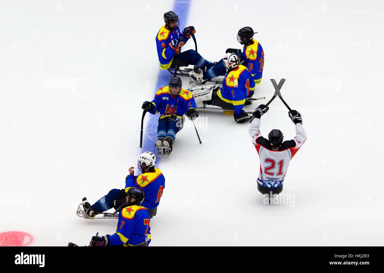 PODOLSK, Rusia - Enero 14, 2017: los jugadores no identificados de Ladoga (azul) y Zvezda (blanco) el equipo de sledge hockey durante juego Vityaz vs AKBars campeonato KHL en Rusia el 14 de enero, 2017 Foto de stock