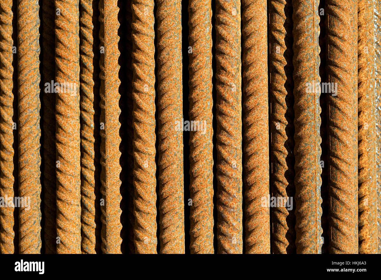 Varillas de acero oxidado orientado paralelo en concepto de fondo solar Imagen De Stock