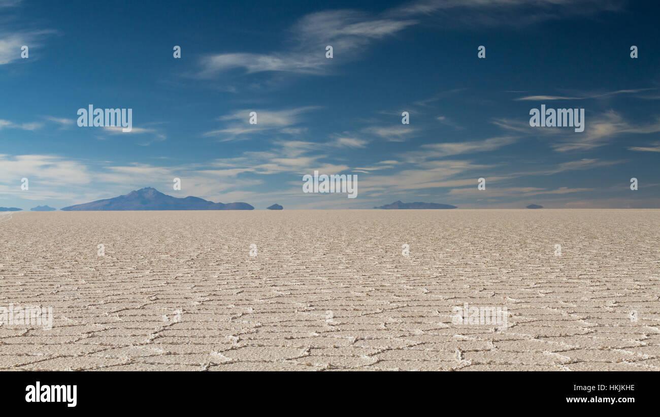 El espejismo de las montañas en el Salar de Uyuni, Altiplano, Bolivia Imagen De Stock