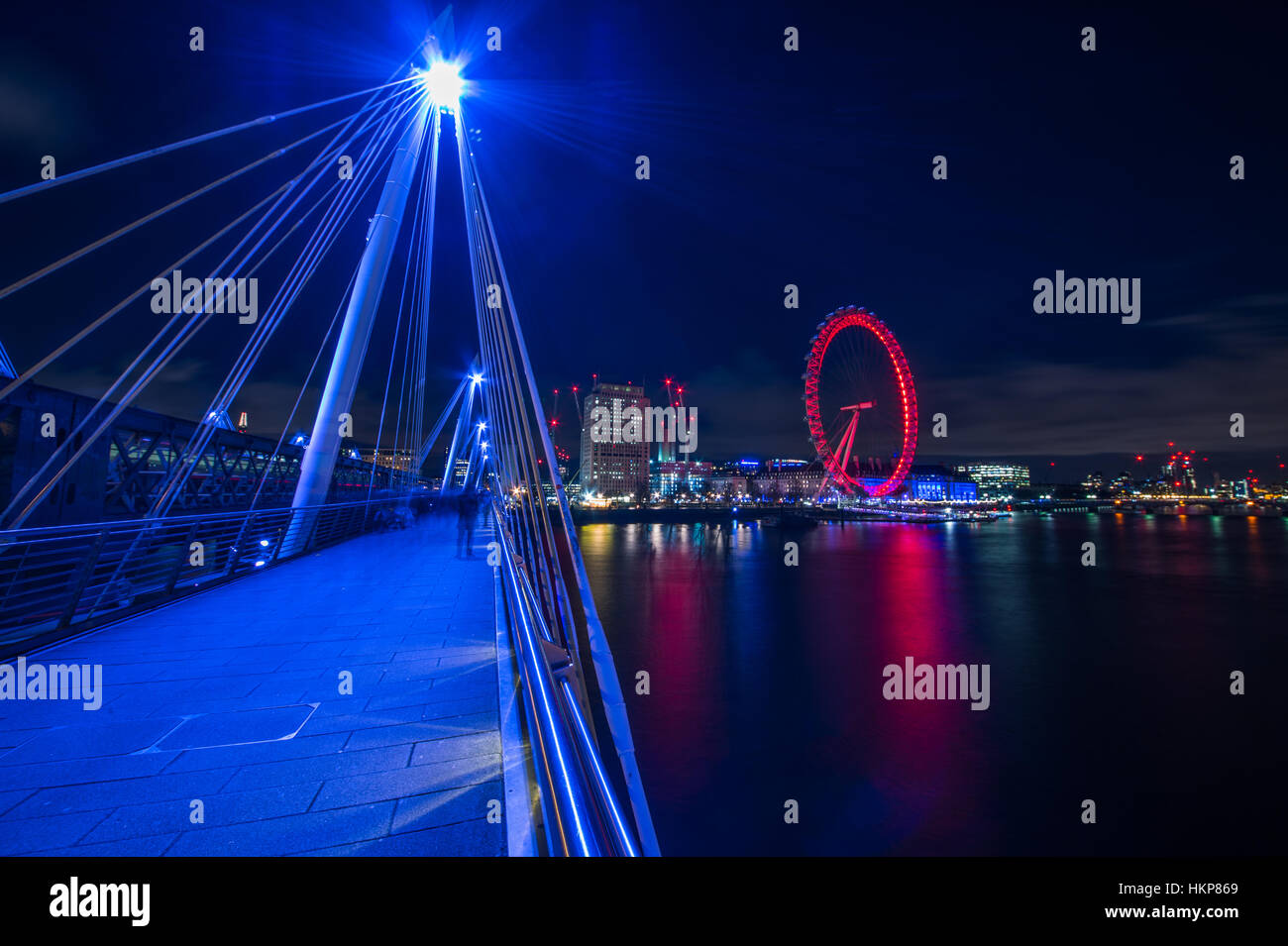 Vista del London Eye desde el jubileo de oro de puente. Imagen De Stock