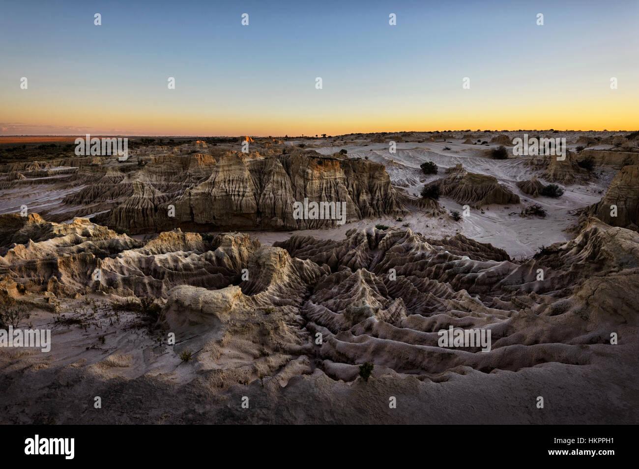 Puesta de sol sobre las espectaculares formaciones rocosas erosionadas de la luneta, Mungo National Park, New South Imagen De Stock