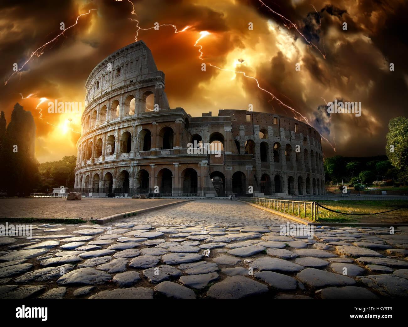 Tormenta con un rayo por encima del Coliseo en Roma, Italia Foto de stock
