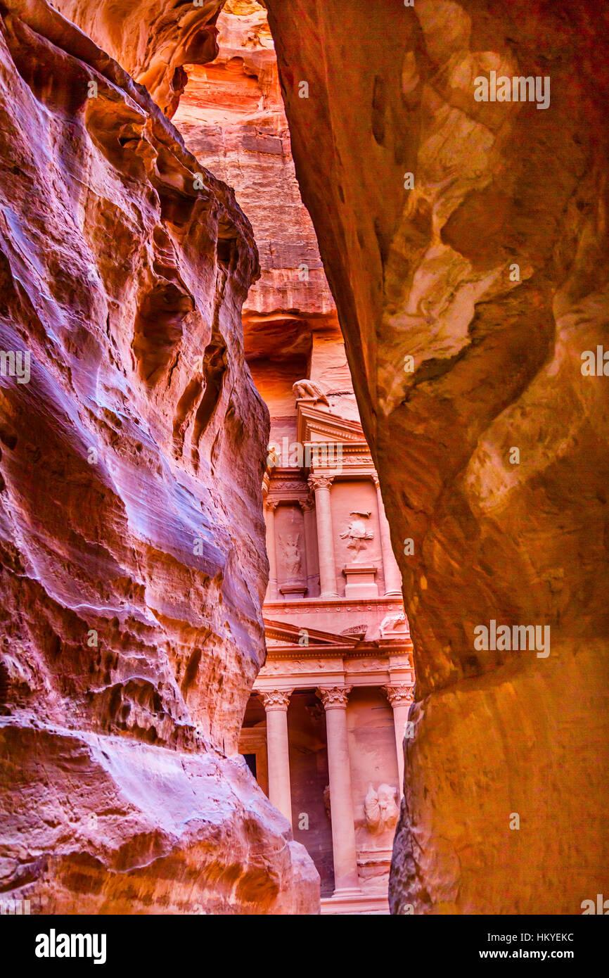 Siq exterior Rosa roja Rosa tarde Tesorería Petra Jordania Petra Jordania. Construido por la Tesorería Imagen De Stock