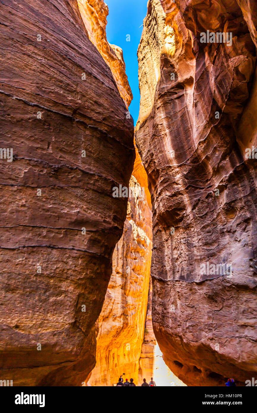 Cañón Siq exterior amarillo mañana trekking a la entrada a Petra Jordania Petra Jordania. Colorido Imagen De Stock