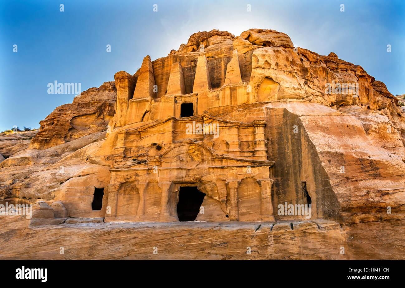 Obelisco amarillo tumba Bab el-siq Triclinium Siq exterior Canyon Trekking a la entrada a Petra Jordania. Imagen De Stock