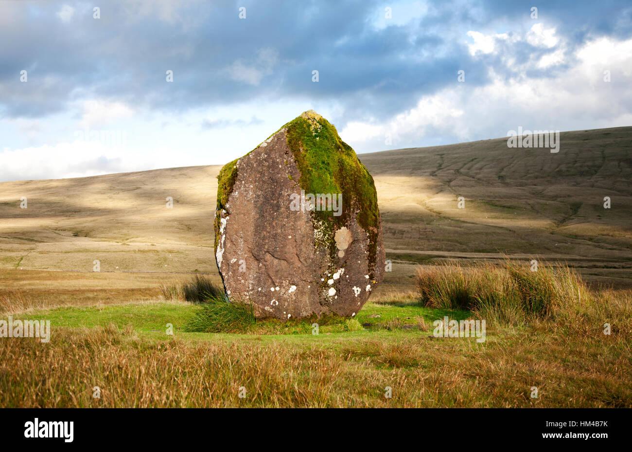 Permanente de piedra neolítica Maen Llúcia cerca Ystradfellte en Brecon Beacons, Gales del Sur Foto de stock