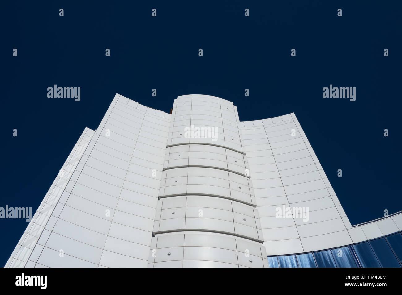 Moderno y alto edificio empresarial blanca sobre un fondo de cielo azul, sin nubes, contraste de imagen Imagen De Stock