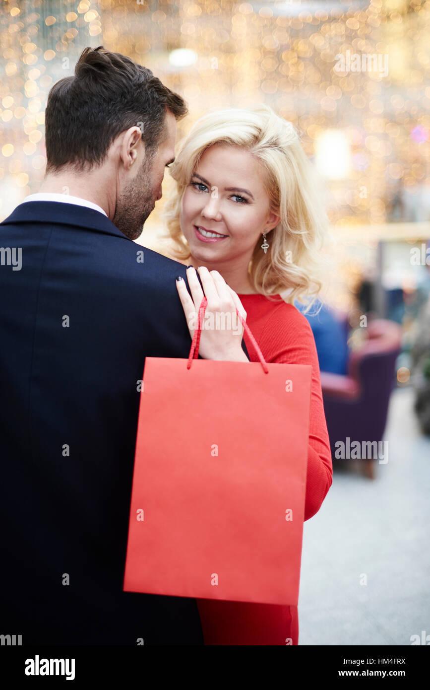 Le encanta ir de compras de ropa Imagen De Stock