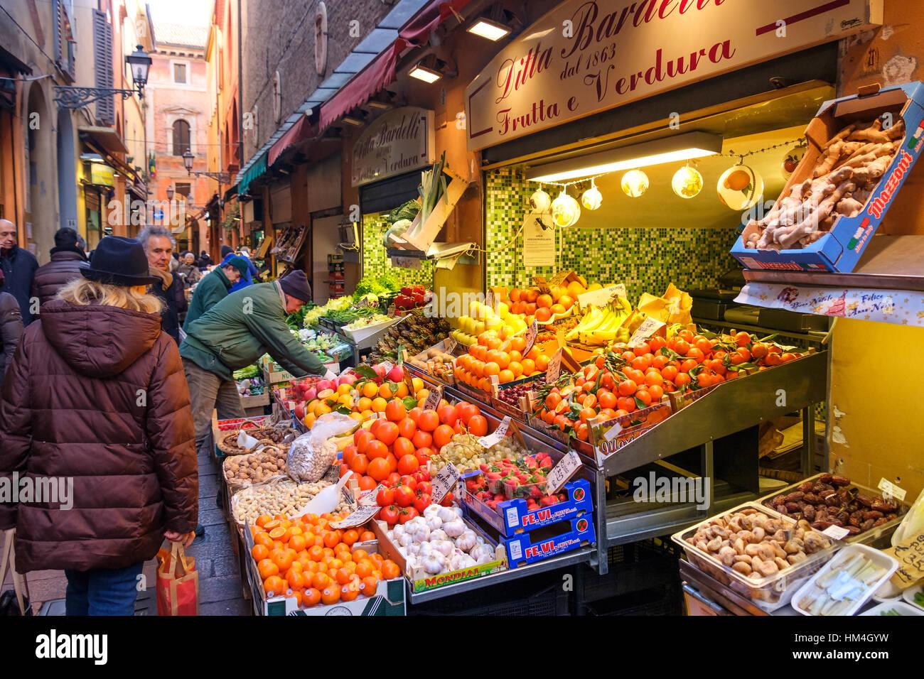 Cuadrilátero de Bolonia Italia mercado fruterías mostrar frutos en Via Pescherie Vecchie Foto de stock