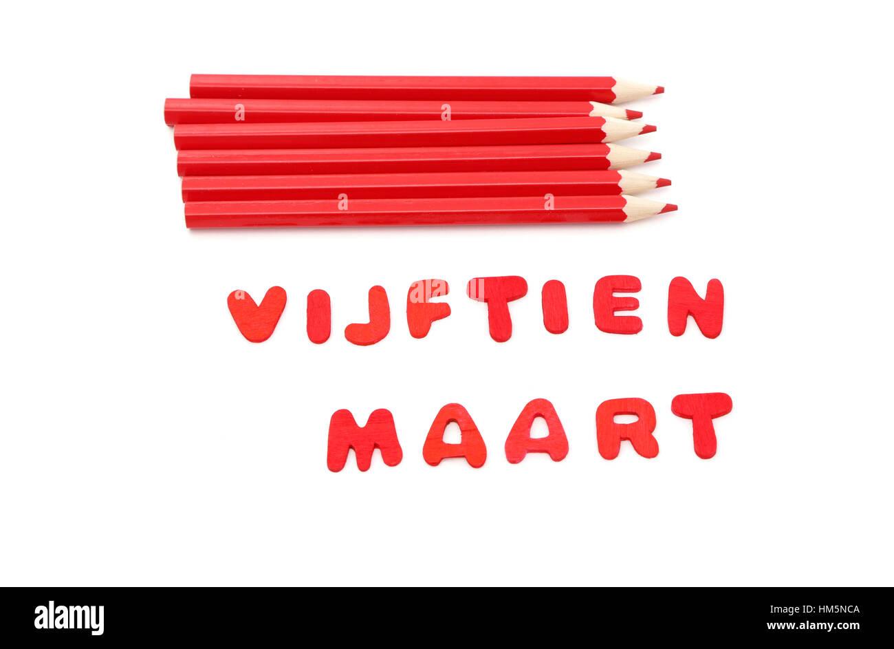 Lápices de color rojo y las palabras vijftien maart lo cual significa marzo 15 en holandés el día Imagen De Stock