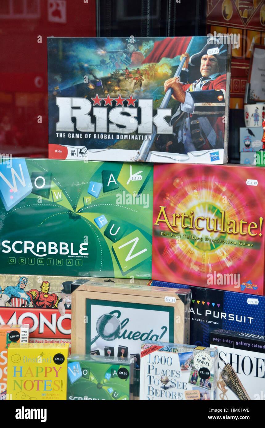 Varios Juegos De Mesa Aparece En Una Ventana De La Tienda Foto