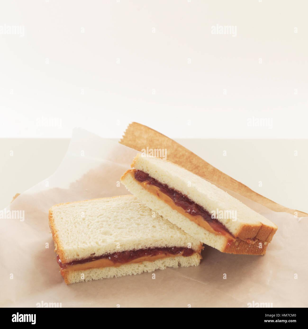 Sándwiches de mantequilla de maní y mermelada en papel de embalaje Imagen De Stock