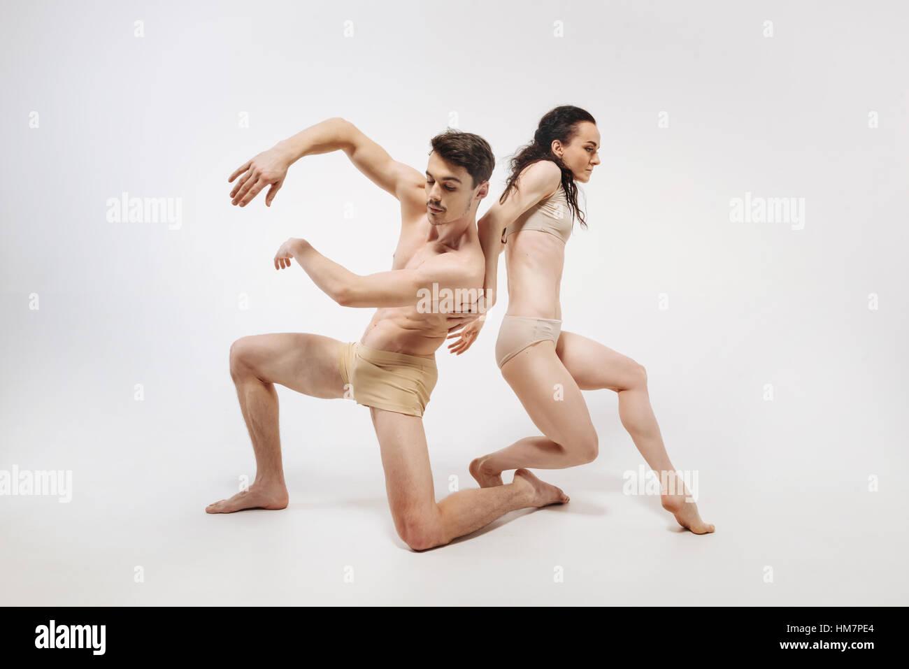 Slim creativas bailarinas demostrando sus ideas Imagen De Stock