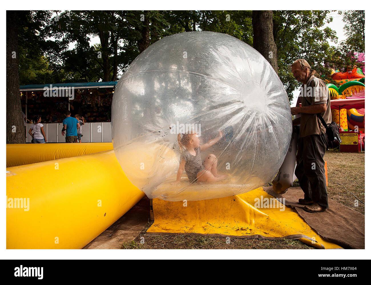 Los niños Zorbing agua en Escocia, Reino Unido Imagen De Stock
