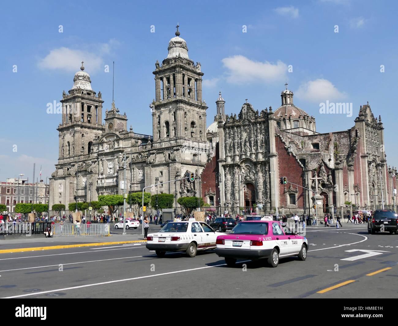 Catedral Metropolitana de la Ciudad de México, y la escena en la calle en frente con CDMX taxi. Ciudad de México, Imagen De Stock