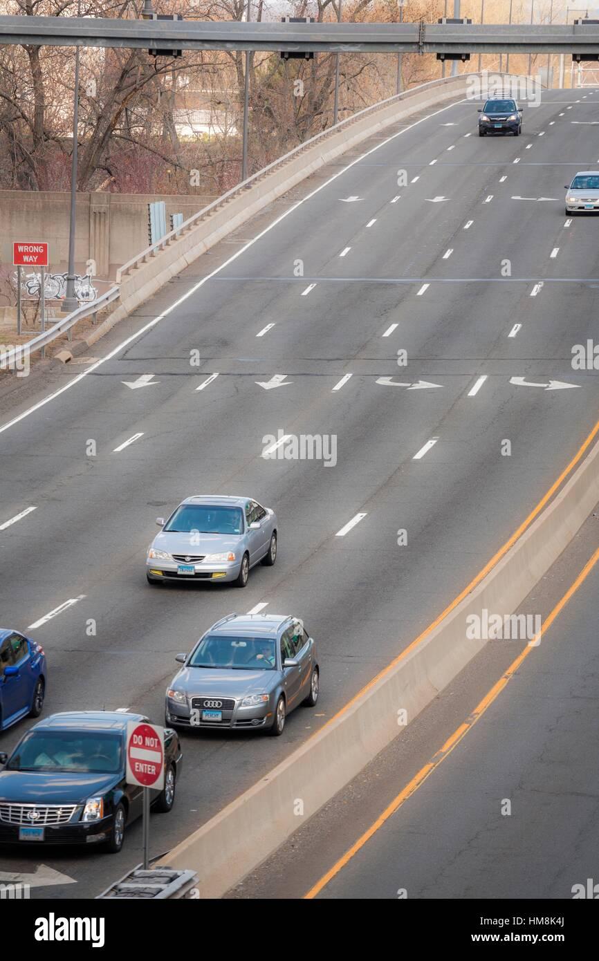 Los automóviles en una autopista multilane. Imagen De Stock