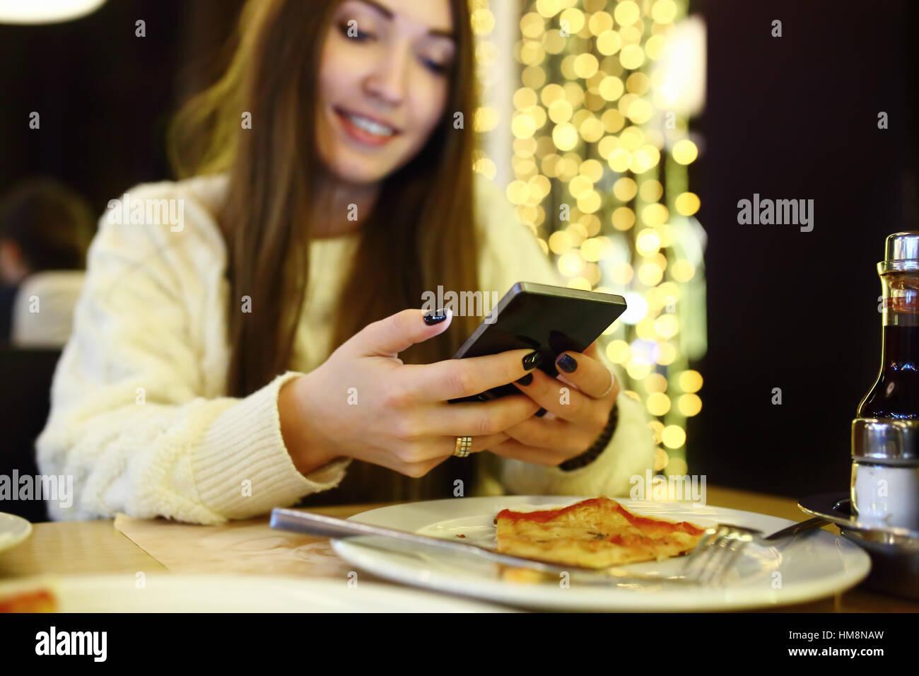 Mujer escribiendo Escribir mensaje en el teléfono inteligente en una moderna cafetería. Imagen recortada Imagen De Stock