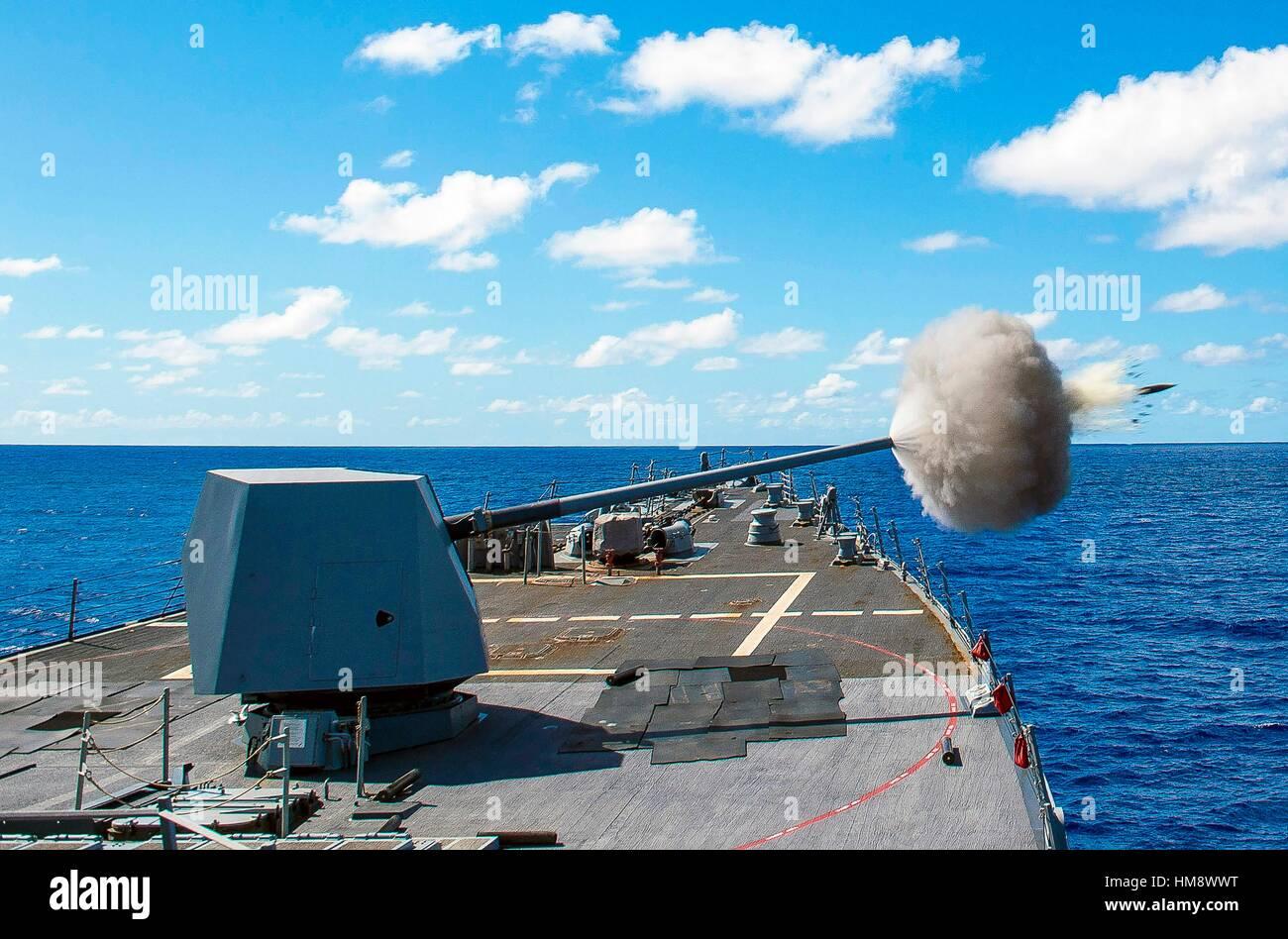 Mar de Filipinas (oct. 26, 2016) La desplegadas Arleigh Burke clase de misiles guiados destructor USS mccampbell (DDG 85), incendios sus mk45 pistola de 5 pulgadas Foto de stock
