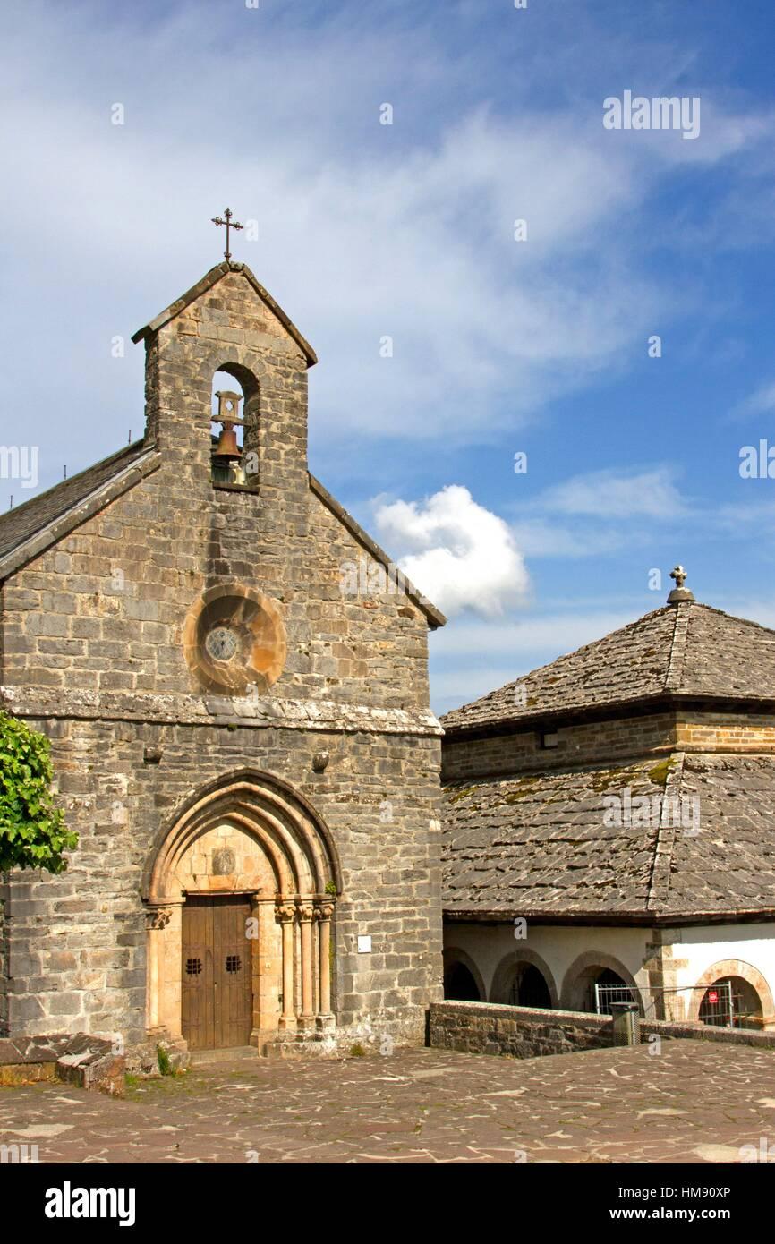 Colegiata de Roncesvalles en Navarra (España), un hito en el camino de Santiago y el refugio histórico para los Foto de stock