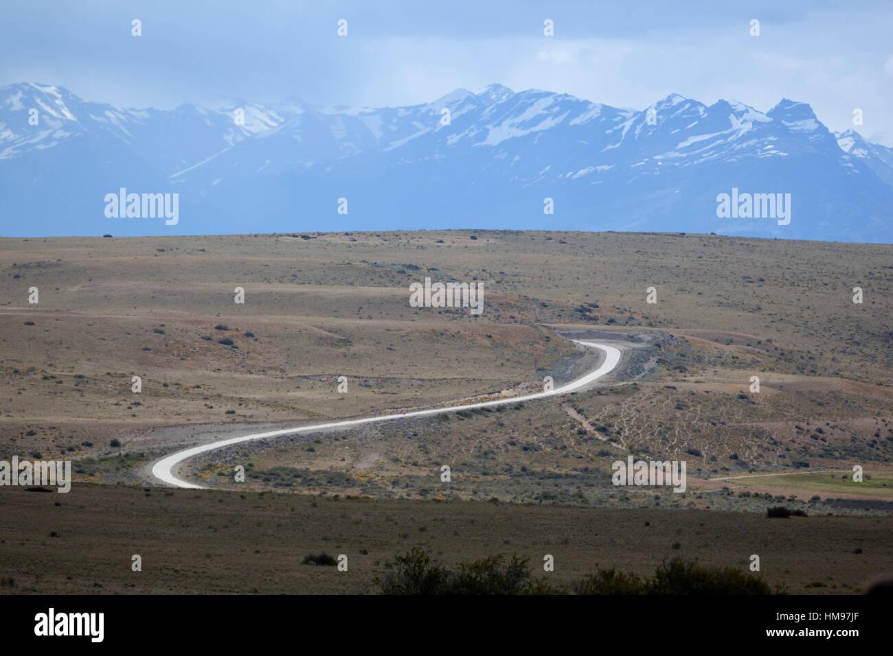 Sinuoso camino del desierto y la Cordillera de Los Andes, El Calafate, Parque Nacional Los Glaciares, Patagonia Foto de stock