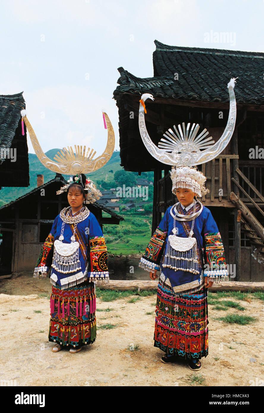 Las niñas Miao en traje tradicional, Jing Ming, China. Imagen De Stock