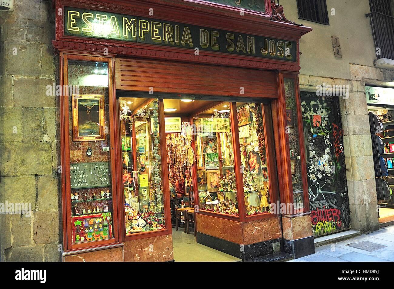 84f6d8116f7 Una tienda de artículos religiosos en el Barrio Gotico. Barcelona ...