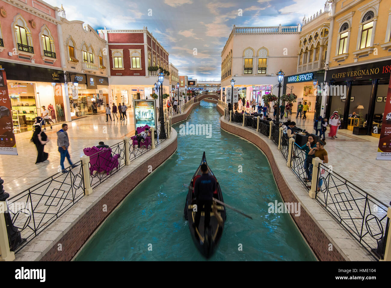 Vista sobre el Italiano Venecia-themed interior de Villaggio Mall, Doha, Qatar Imagen De Stock