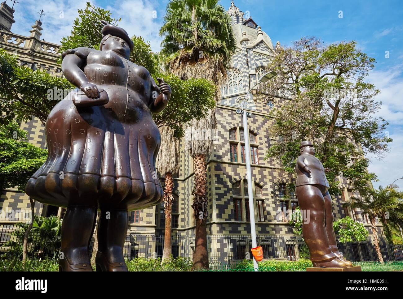 """'Mujer vestida' (Mujer vestida) y """"hombre vestido"""" (hombre vestido), escultura de Fernando Botero, Imagen De Stock"""
