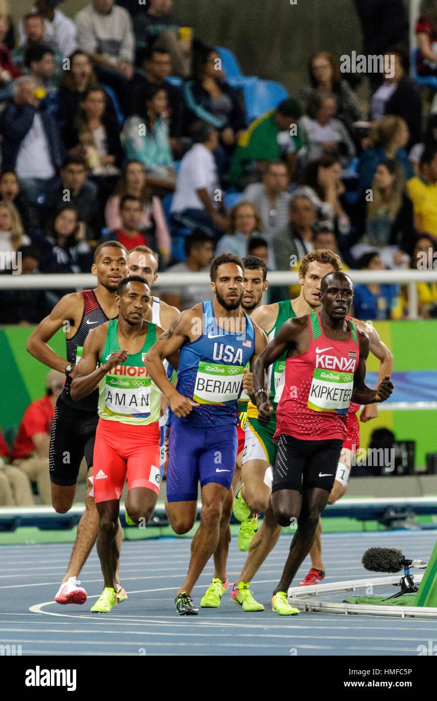 Río de Janeiro, Brasil. 13 de agosto de 2016. Boris Berian (USA) y Alfred Kipketer (KEN) compitiendo en los hombres de la semi-final de 800m en los Juegos Olímpicos de 2016 Summ Foto de stock