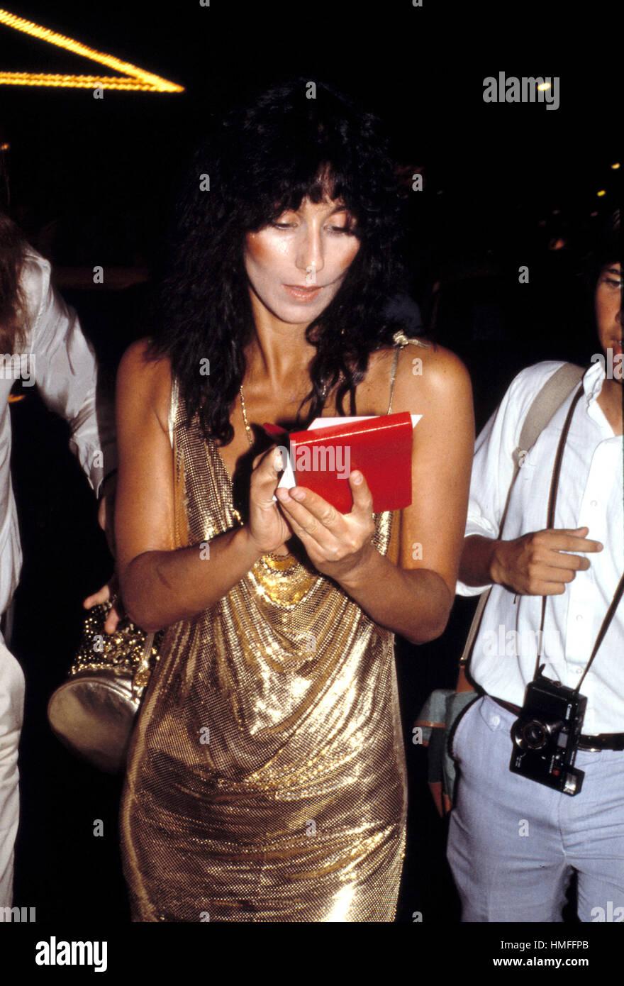 CHER dejando Regine's Night Club en Nueva York, julio de 1981 Imagen De Stock
